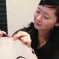 玉編みをつなげて、途中で糸の色を変えて垂らすデザインに。