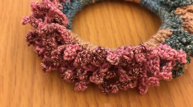 鎖編みと細編みだけでできる簡単シュシュを作りました。