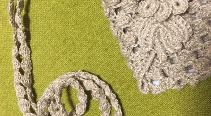 パフコーン編みだらけのストラップ付きカードケース